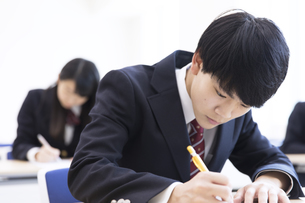 テストを受ける男子高校生の写真素材 [FYI02969833]
