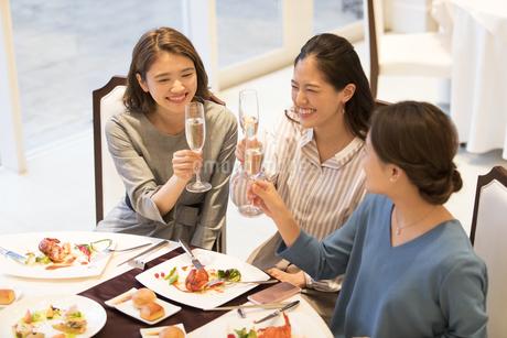 シャンパンで乾杯をする3人の女性の写真素材 [FYI02969835]