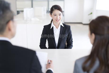 打ち合わせをするビジネス女性の写真素材 [FYI02969836]