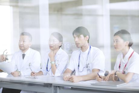 会議中の医師たちの写真素材 [FYI02969840]