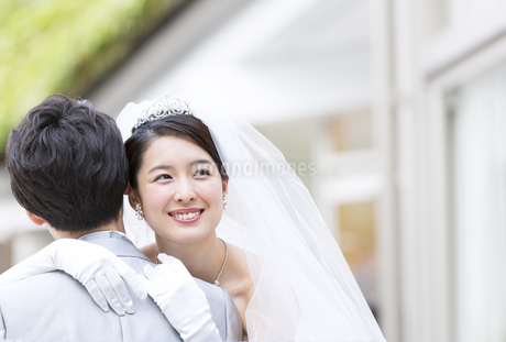 新郎にハグをする新婦の写真素材 [FYI02969843]