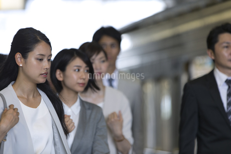 駅のホームを歩く人々の写真素材 [FYI02969845]