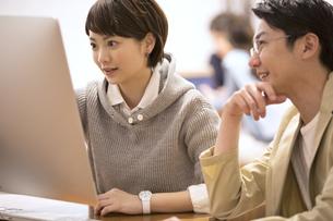 パソコンを見て打ち合わせをするビジネス男女の写真素材 [FYI02969847]
