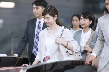 駅の改札を通過するビジネス女性の写真素材 [FYI02969849]