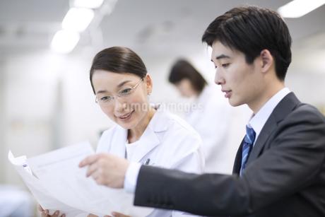 打ち合わせをする女性医師と男性MRの写真素材 [FYI02969850]