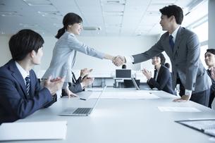 会議で握手をするビジネス男女の写真素材 [FYI02969854]