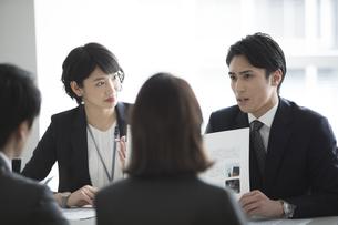 会議中のビジネスマンの写真素材 [FYI02969861]