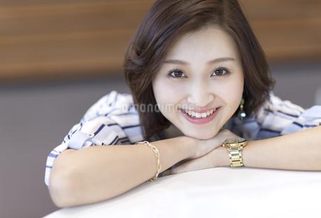 カメラ目線で笑顔のビジネス女性の写真素材 [FYI02969864]