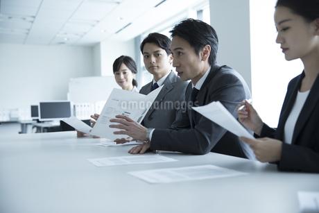 会議中のビジネスマンの写真素材 [FYI02969865]