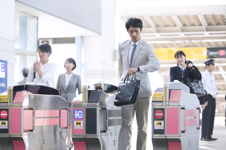 駅の改札を通過するビジネス男性の写真素材 [FYI02969868]