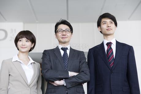 横並びで立つ3人のビジネス男女の写真素材 [FYI02969872]