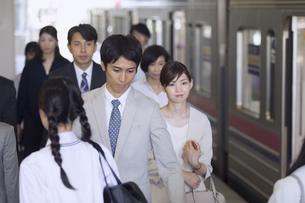 駅のホームを歩く人々の写真素材 [FYI02969873]