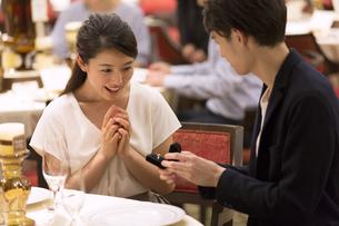 婚約指輪を見て喜ぶ女性の写真素材 [FYI02969875]
