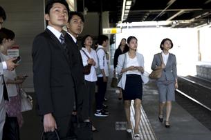 駅のホームを歩くビジネス女性の写真素材 [FYI02969876]
