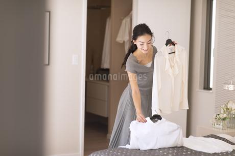 洋服を選ぶ女性の写真素材 [FYI02969878]