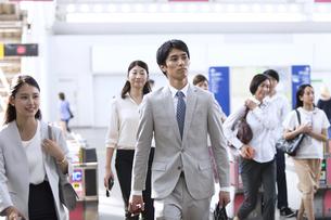 駅の改札を通過するビジネス男性の写真素材 [FYI02969885]