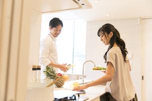 食事の用意をする夫婦の写真素材 [FYI02969889]