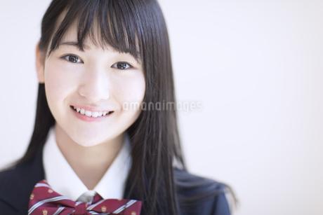 カメラ目線で笑顔の女子高校生の写真素材 [FYI02969890]