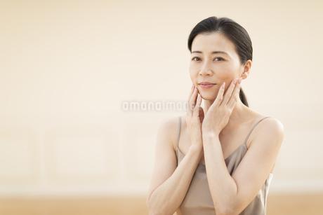 頬に両手を添える女性の写真素材 [FYI02969892]
