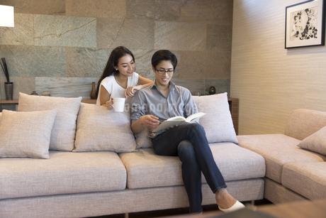 ソファーでくつろぐ夫婦の写真素材 [FYI02969893]