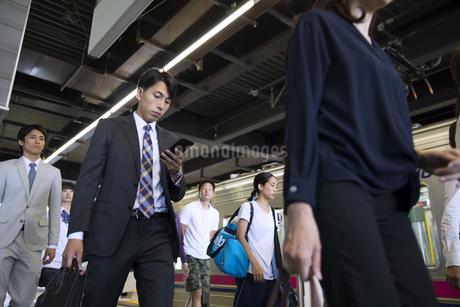 駅のホームを歩く人々の写真素材 [FYI02969895]