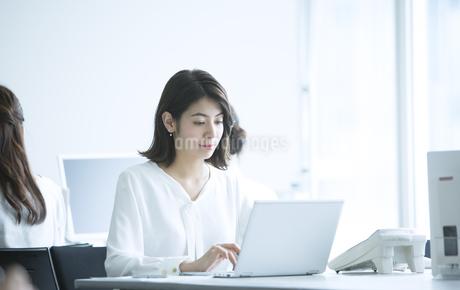 オフィスでパソコンを操作するビジネス女性の写真素材 [FYI02969899]