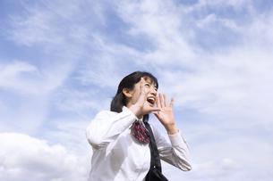 青空に叫ぶ女子高校生の写真素材 [FYI02969906]