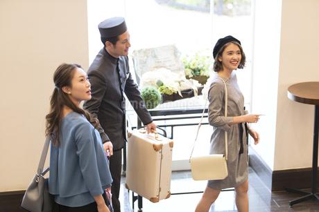 ホテル内を歩く2人の女性旅行者の写真素材 [FYI02969910]