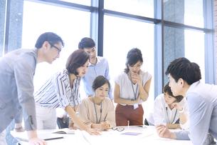 会議中のビジネスマンの写真素材 [FYI02969912]