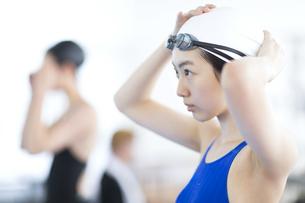 水泳をする女子学生の写真素材 [FYI02969913]