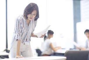 資料を見るビジネス女性の写真素材 [FYI02969914]