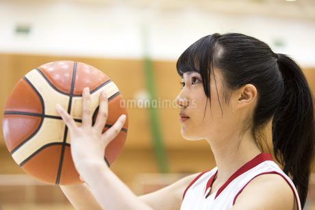 バスケットボールをする女子学生の写真素材 [FYI02969918]
