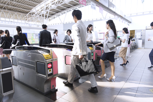 駅の改札を通過する人々の写真素材 [FYI02969922]