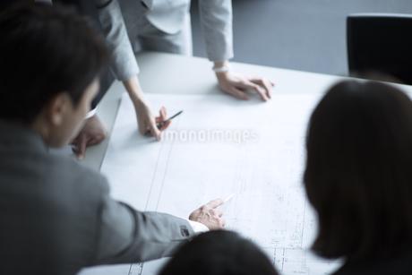 製図を広げて打ち合わせをするビジネス女性の手元の写真素材 [FYI02969923]