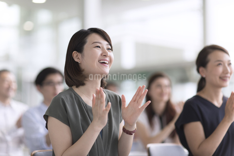 会議で拍手をするビジネス女性の写真素材 [FYI02969924]