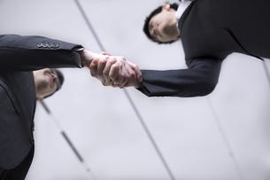 握手をする2人のビジネス男性の写真素材 [FYI02969927]