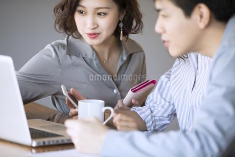 ノートパソコンを見るビジネス男女の写真素材 [FYI02969929]