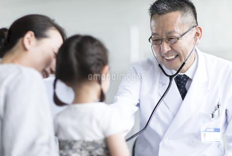女の子の患者に聴診器をあてる男性医師の写真素材 [FYI02969933]
