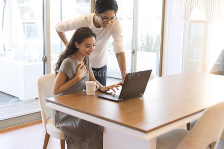 パソコンを見る夫婦の写真素材 [FYI02969936]