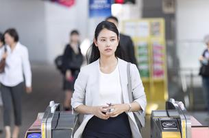 駅の改札を通過するビジネス女性の写真素材 [FYI02969938]