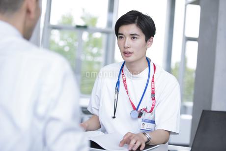患者に問診をする男性医師の写真素材 [FYI02969942]