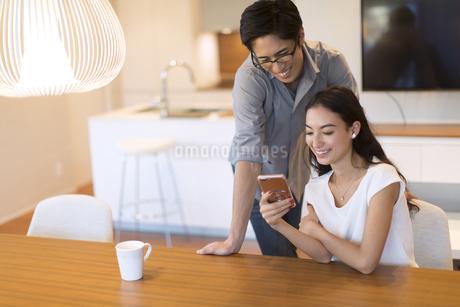 スマホを見る夫婦の写真素材 [FYI02969944]