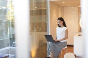 パソコンを操作する女性の写真素材 [FYI02969945]