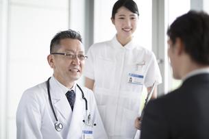 患者に問診をする男性医師の写真素材 [FYI02969946]