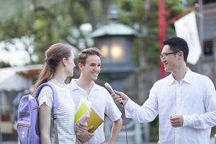 インタビューを受ける外国人学生の写真素材 [FYI02969947]