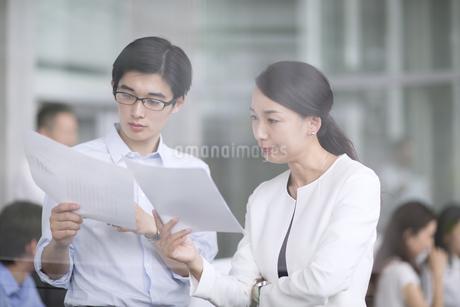 打ち合わせをするビジネス男女の写真素材 [FYI02969948]