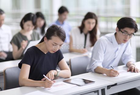 会議でメモを取るビジネスマンたちの写真素材 [FYI02969949]