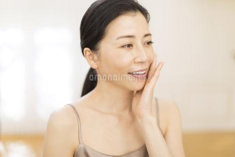 頬に片手を添える女性の写真素材 [FYI02969951]