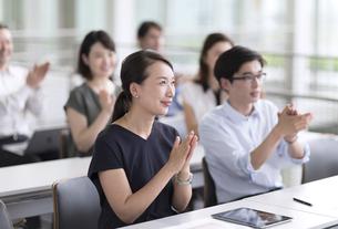 会議で拍手をするビジネス女性の写真素材 [FYI02969957]