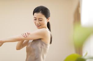腕をマッサージする女性の写真素材 [FYI02969972]